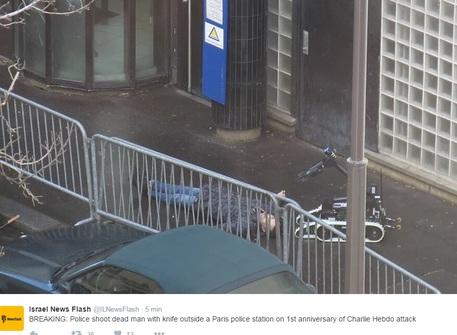 Terrore a Parigi: un uomo assalta un commissariato