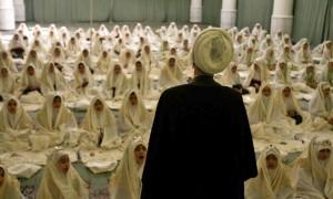 Un-imam-parla-alle-giovani-donne-nella-moschea-nel-giorno-del-loro-Jashn-e-Taklif_gal_autore_12_col_landscape_sh
